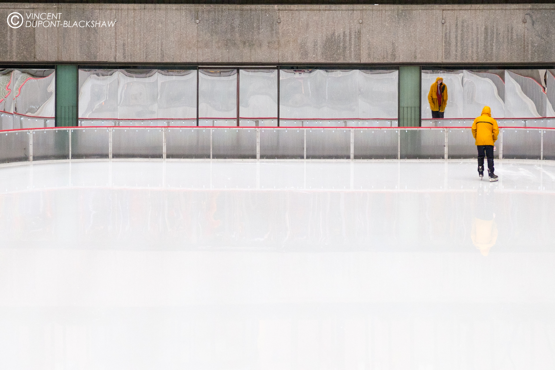 Frozen /// A man skates alone on the ice rink at Rockefeller Center (New York)